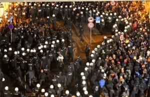 A policía protexendo a marcha antinazi