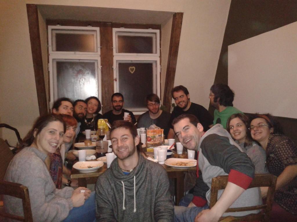 El grupo de entrevistados celebrando un cumpleaños con varios amigos