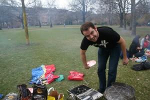 Jorge preparando un grill en el parque